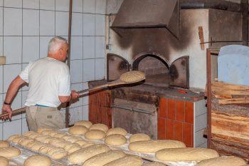 Dieses Bild zeigt Franz Raudaschl beim Brotbacken.