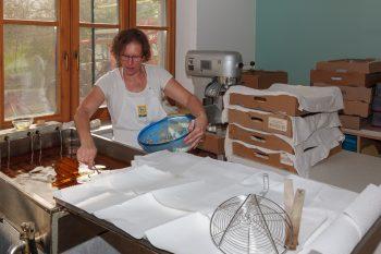 Dieses Bild zeigt Stefanie Barth bei der Herstellung von gebackenen Mäusen.