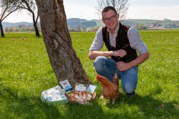 Dieses Bild zeig Florian Maislinger mit einem Korb Eier.