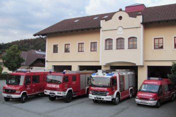 Dieses Bild zeigt die Feuerwehrfahrzeuge und das Feuerwehrhaus in Munderfing.