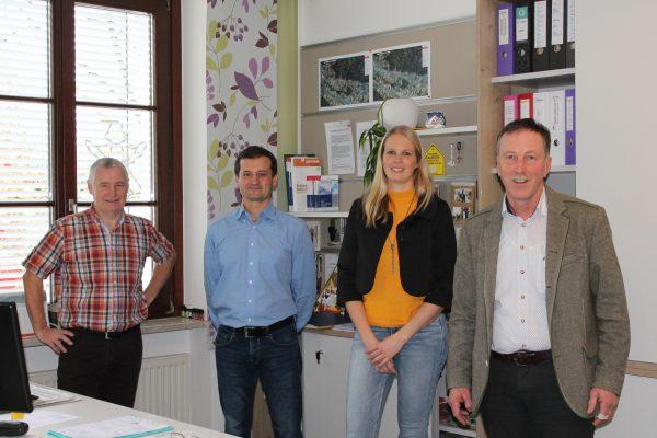 Dieses Bild zeigt von links nach rechts Josef Huber, Jürgen Klinger, Rebekka Krieger und Bürgermeister Martin Voggenberger.