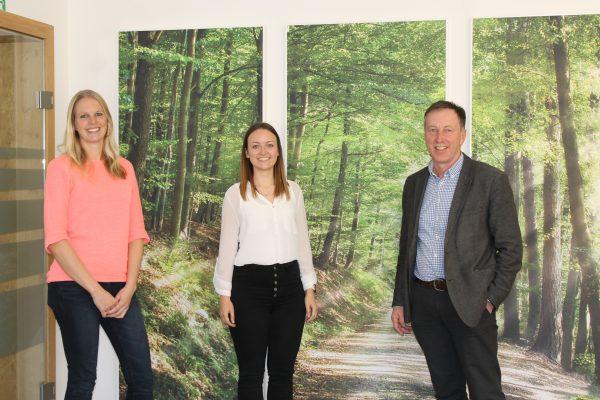 Dieses Bild zeigt von links nach rechts Rebekka Krieger, Cornelia Aichhorn und Bürgermeister Martin Voggenberger.
