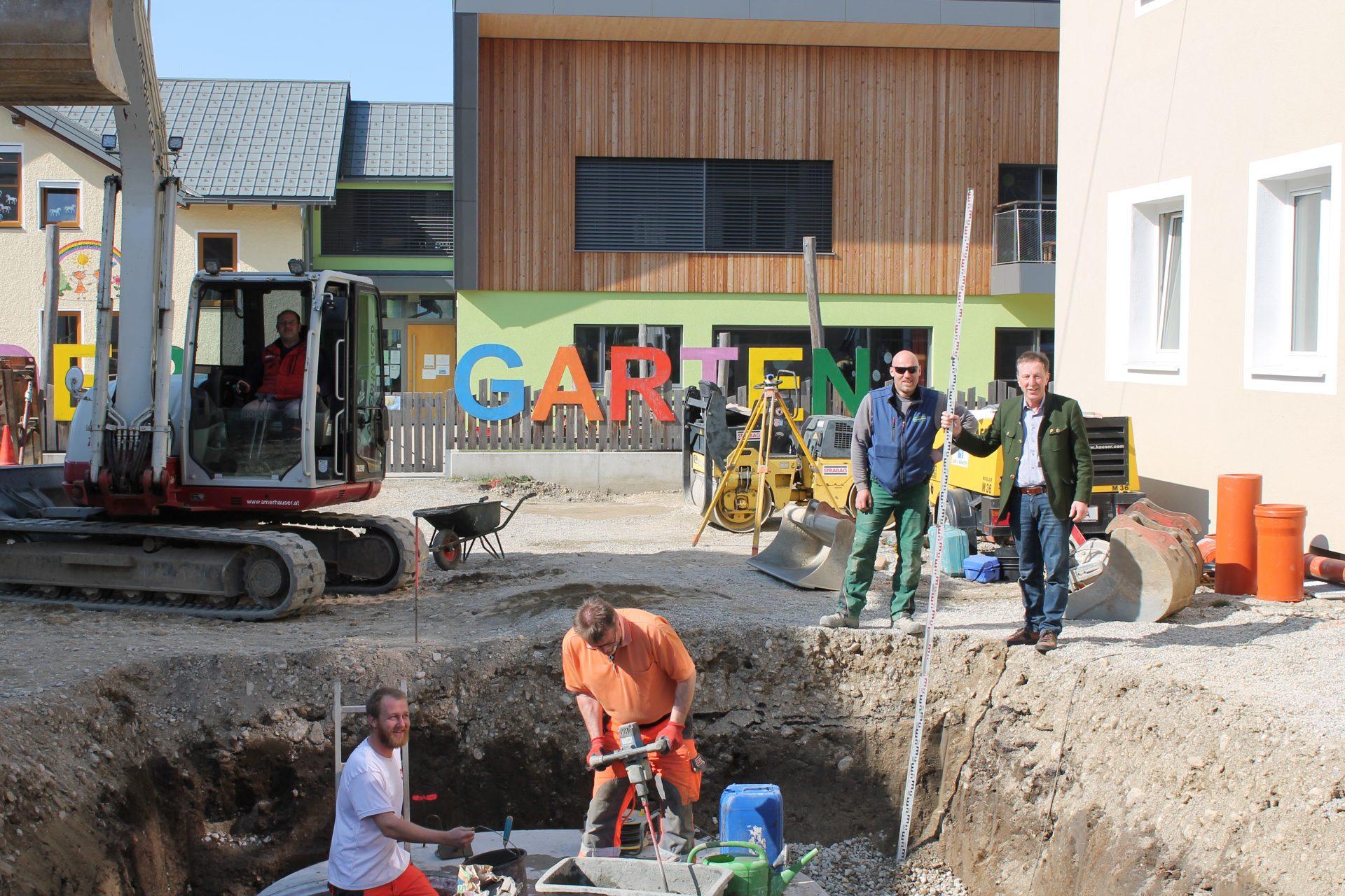 Dieses Bild zeigt die Bauarbeiten am Kindergartenvorplatz.