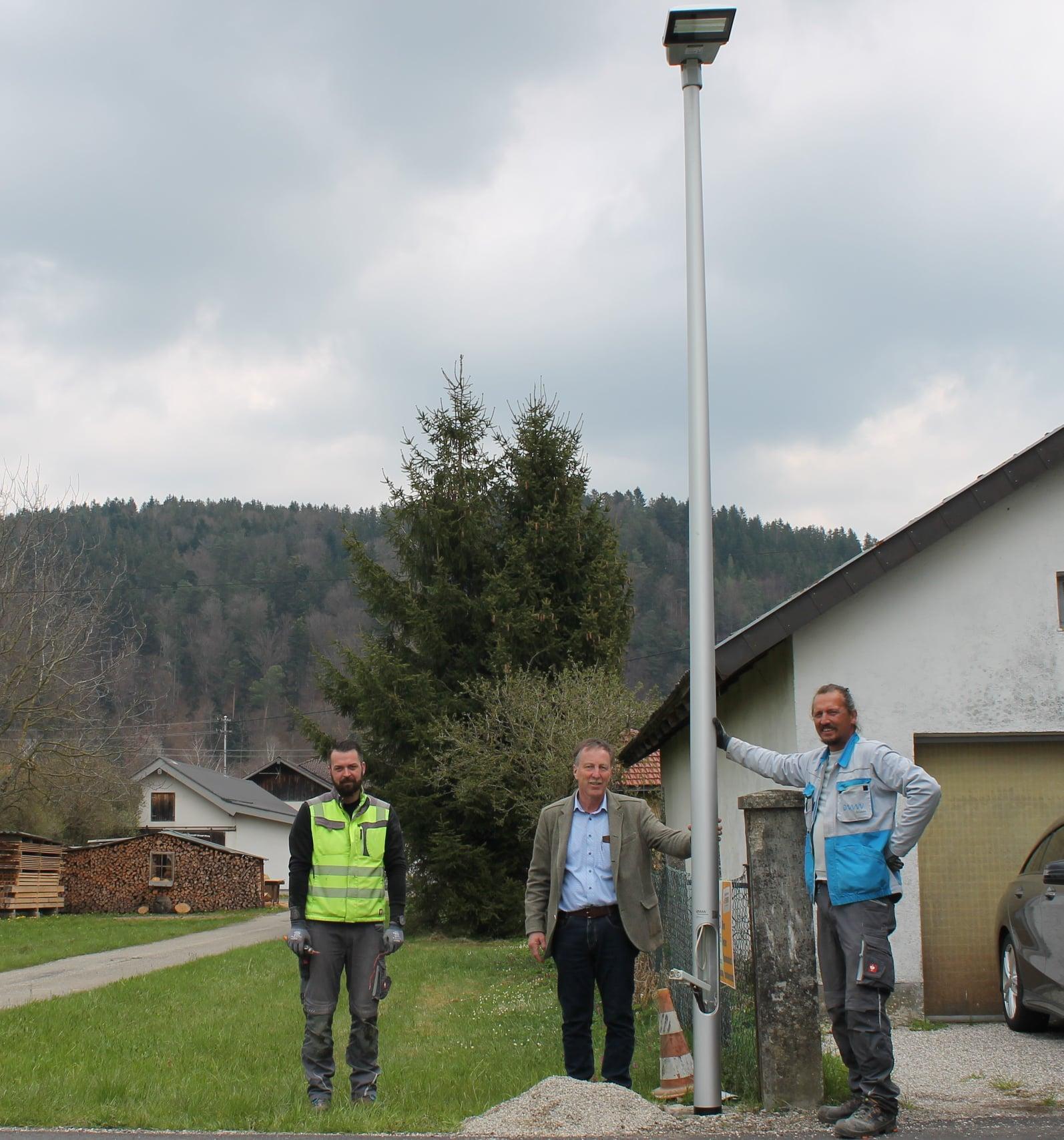 Dieses Bild zeigt Bürgermeister Martin Voggenberger mit den Beauftragten für die Umstellung der Straßenbeleuchtung auf LED.